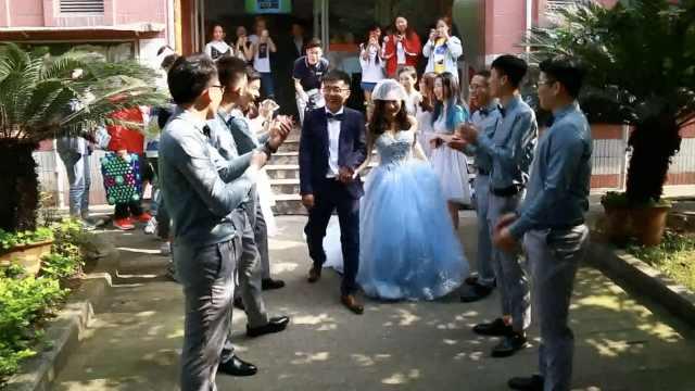 新郎新娘回母校结婚,在宿舍迎亲