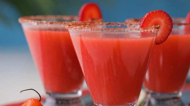 自制草莓玛格丽塔鸡尾酒
