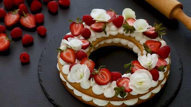 自制美味的草莓奶油蛋挞