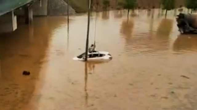 雷雨袭江西,街道成河,小车被困桥下