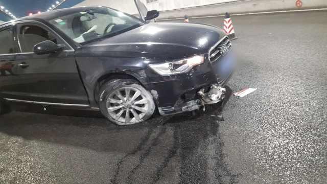 轿车隧道超车,奥迪被撞