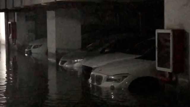 惨!水管爆裂淹车库,近百辆车遭殃