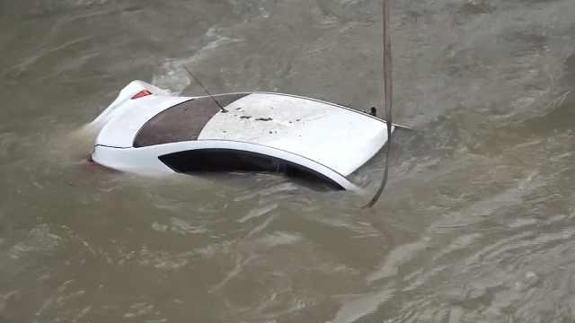 轿车冲入沟渠,辅警和群众紧急救援