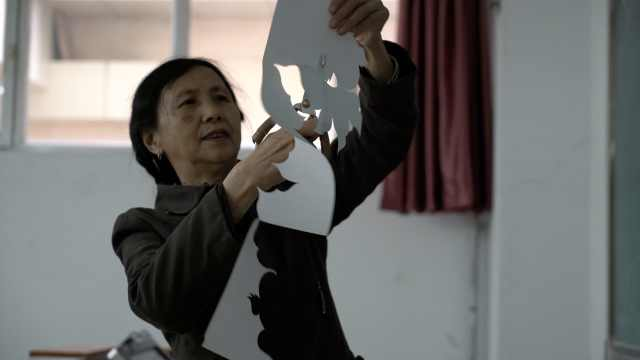 6旬剪纸女传人,将剪纸搬进大学课堂