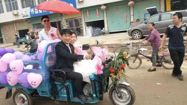 他俩相识59天闪婚,租20电单车接亲