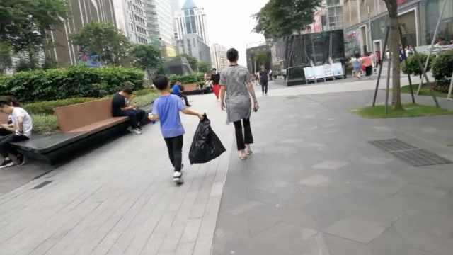 她为让娃好好学习,带他体验捡垃圾