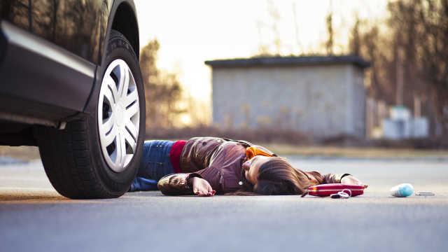 新手女司机倒车猛踩油门,撞倒路人