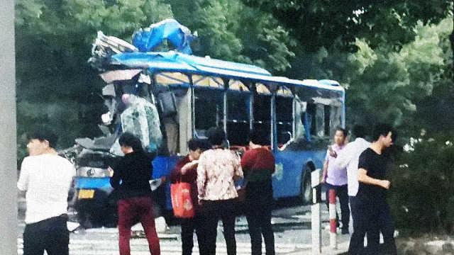 绍兴公交撞上工程车,车头削掉一半