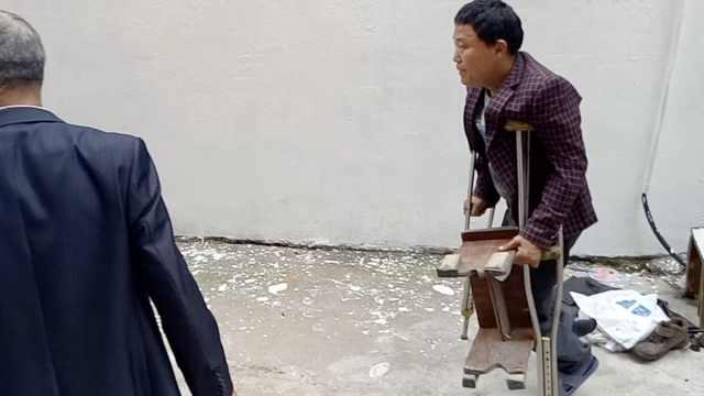 残疾男坚持补鞋20年:顾客满意就好