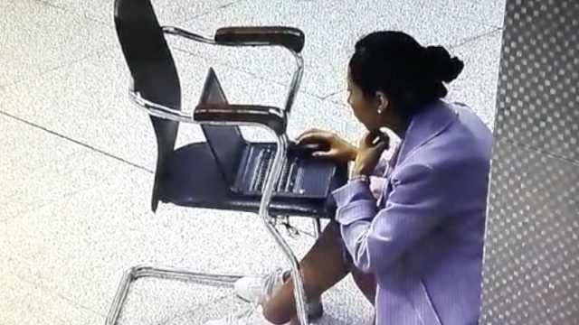 她坐地铁站赶报告,站长心疼送椅子
