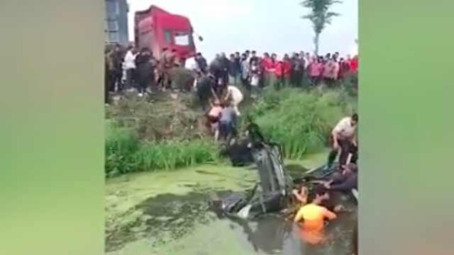 轿车翻入河中,众人跳河救出驾驶员