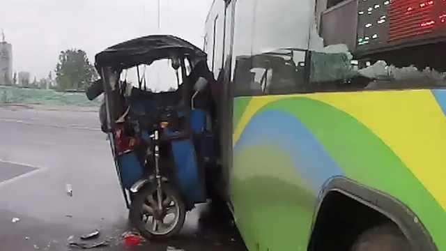 环卫工抱娃骑车撞公交,孩子被甩出