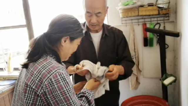 7旬父照顾智障女40年:活1天守1天