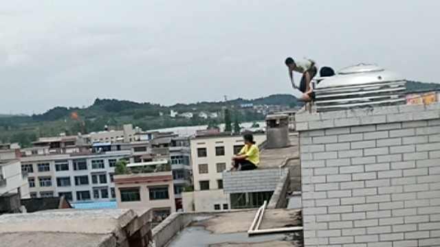 女子坐7层楼顶想不开,消防飞身抱住