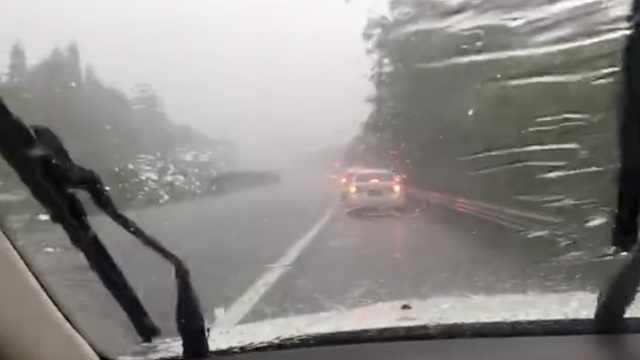暴雨冰雹突袭!司机吓得停应急车道