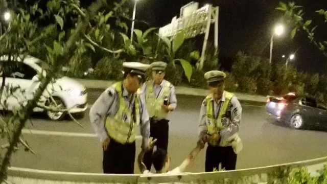 醉驾男跨栏摔倒,交警:当自己刘翔?