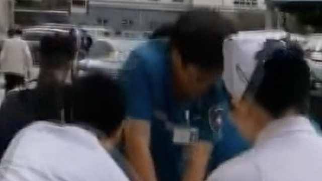 黄金4分钟!医生跪移动平车救回病人