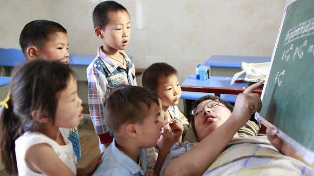病床上的老师:19年辅导400留守儿童