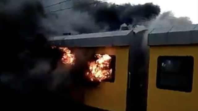 南非一列车火焰滚滚开进站,无人伤