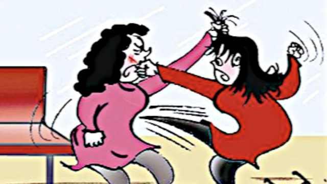 2女子为抢客户,竟在政务大厅外互殴