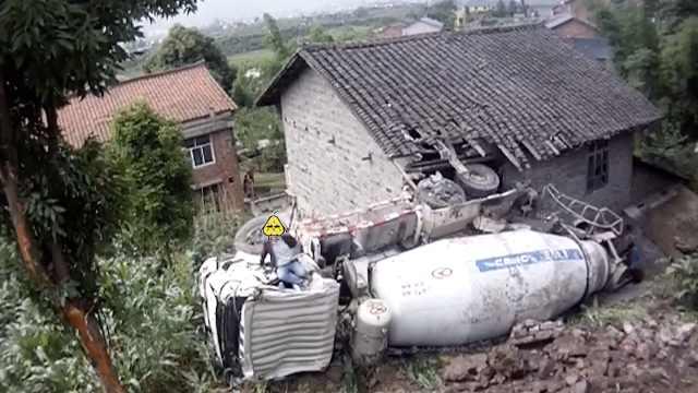 水泥罐车侧翻进民房,司机自己爬出