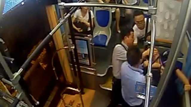 司机救抽搐乘客,被吐一身不嫌脏