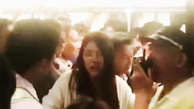上海地铁女乘客丢手机扒车门阻运营