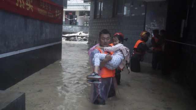 山洪冲进民房,消防结绳救出数十人
