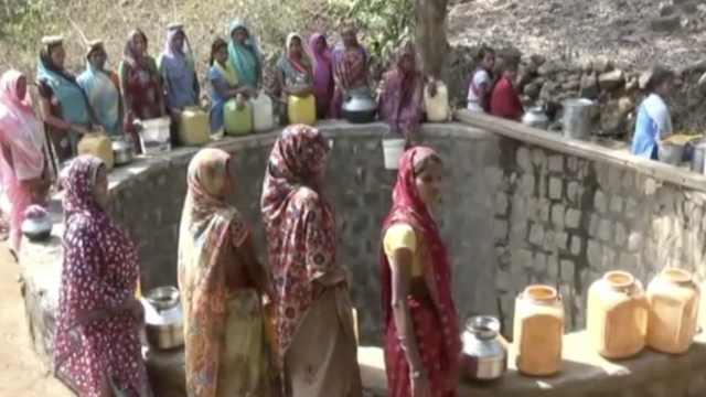 印度高温致水枯竭,儿童下井舀水