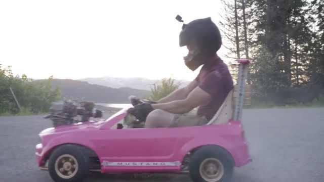 男子改装芭比玩具车,在马路上飙车