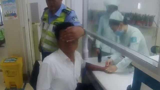 司机酒驾闯卡怕抽血,交警帮他捂眼