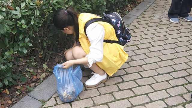 她用镊子捡垃圾:弯腰向地球道歉
