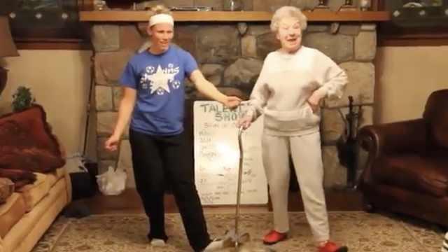可爱!家庭聚会,85岁奶奶逗趣起舞