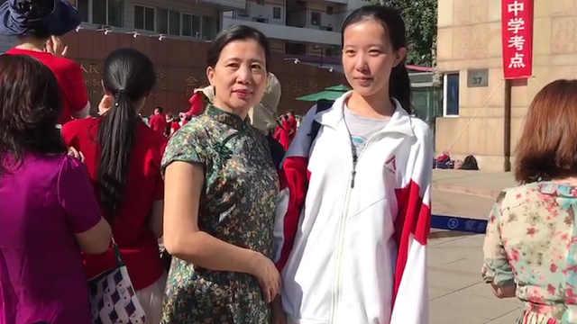 高考考生妈妈穿旗袍,寓意旗开得胜