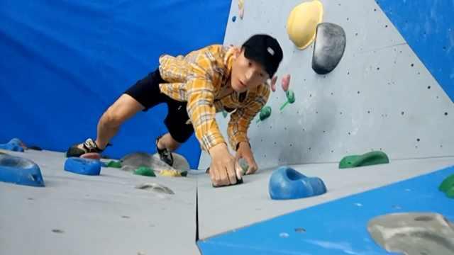 无防护!小伙徒手攀岩,如履平地