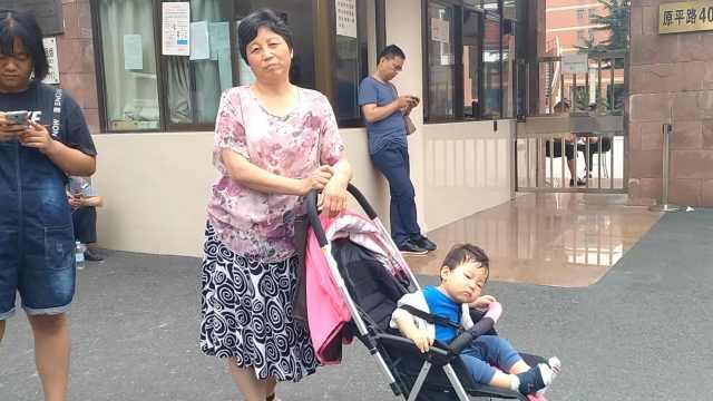 最早备考!她带1岁孙子体验高考氛围