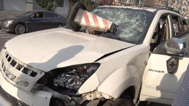 小车被砸成空架,保安:司机自己干的