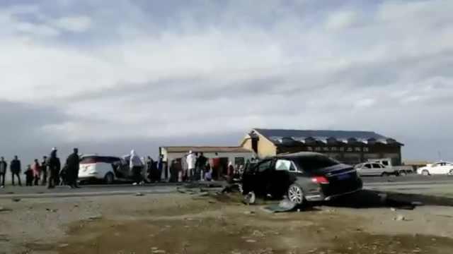 青海湖边2车撞稀碎,1人死亡多人伤