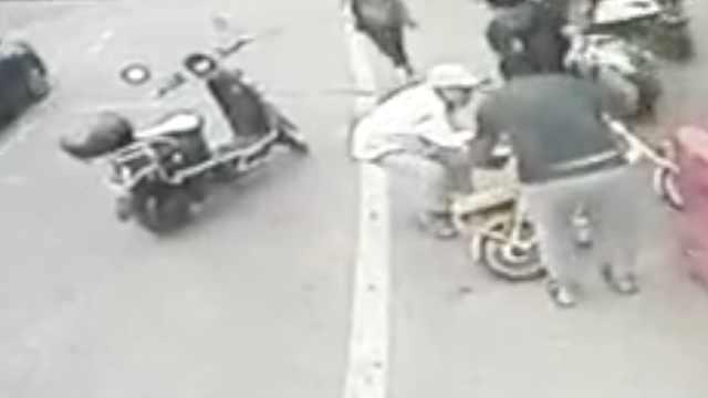 老人摔倒无人管,公交司机停车扶人