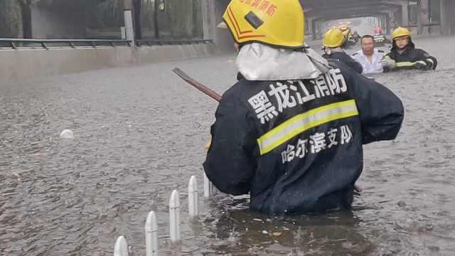 暴雨侵袭哈尔滨,街道成河超市被淹