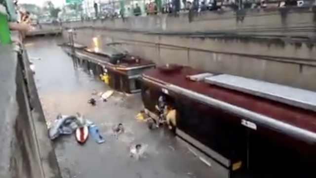 墨西哥暴雨地铁被淹,市民游泳撤离