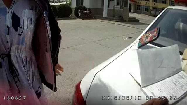 夫妻高速路被罚怒砸警车,双双被拘