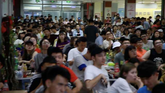 为学生看球,高校装3大屏备300菜品