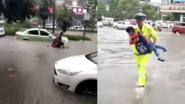 安徽暴雨后看海,民警抱学生过马路