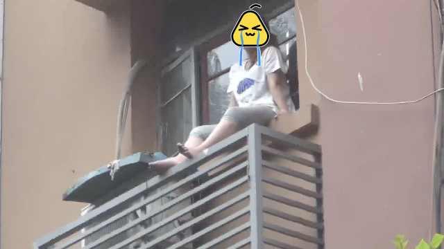 孕妇与姐吵架赌气坐窗台,丈夫苦劝