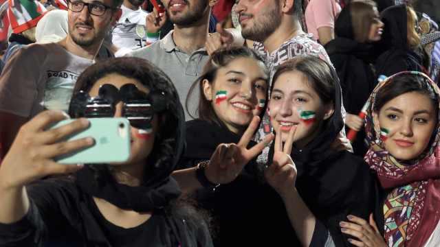 伊朗女首进球场:可减男性不良行为