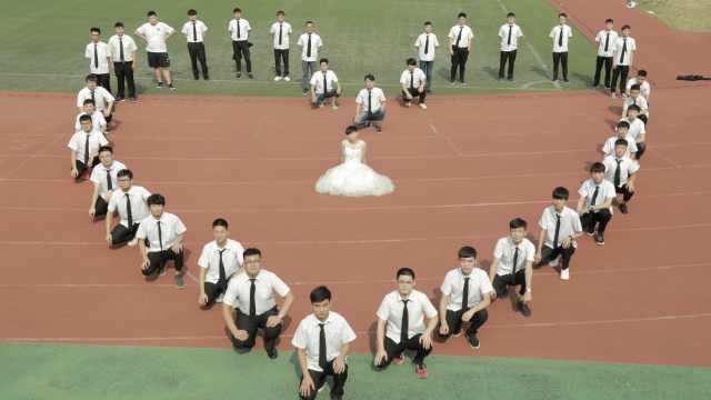 唯一女生缺席毕业照,他穿婚纱顶替