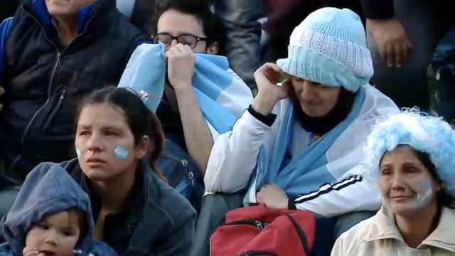 心疼!阿根廷球迷赛后集体抹眼泪