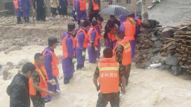 山洪狂袭贵州,消防搭人墙拦水救援