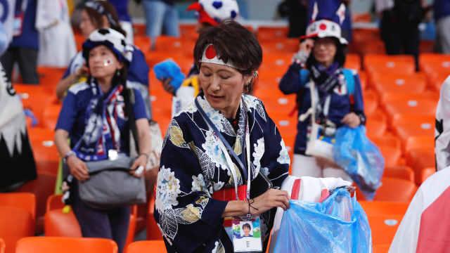 亚足联赞日本球迷捡垃圾:已是冠军